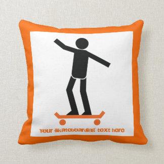 Skater en su personalizado del monopatín almohadas