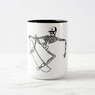 Skatista skull Two-Tone coffee mug