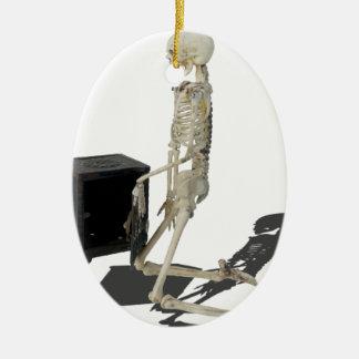 SkeletonClosingSafe032215 Adorno Navideño Ovalado De Cerámica