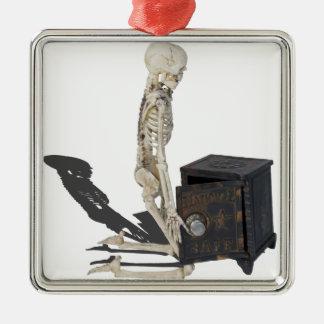 SkeletonWithSafe032215 Adorno Navideño Cuadrado De Metal