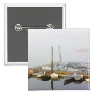 Skiffs y niebla de la mañana en puerto del sudoest pin cuadrado