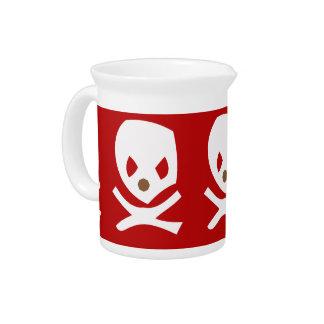 Skul blanco en fondo rojo jarra de beber