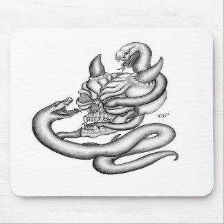 Skull - devil heads with snake tapete de ratones