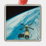 Skylab sobre la tierra adorno navideño cuadrado de metal