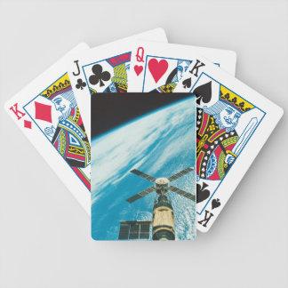Skylab sobre la tierra barajas de cartas