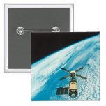 Skylab sobre la tierra pin cuadrado