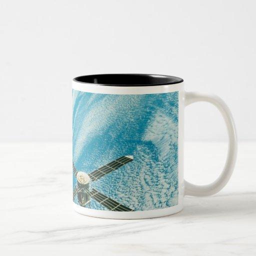 Skylab sobre la tierra taza de café de dos colores