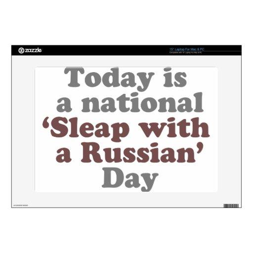 Sleap con un DÍA ruso Skins Para Portátil