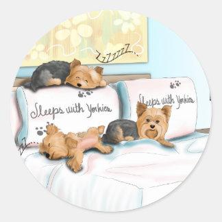 Sleeps with Yorkies Pegatina Redonda