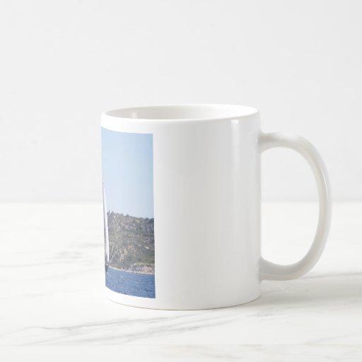 Sloop azul marino taza básica blanca