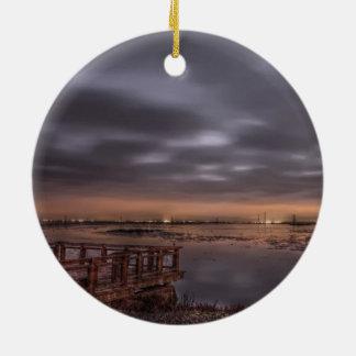 Slough antes del amanecer adorno navideño redondo de cerámica