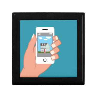 Smartphone a disposición con la imagen de la casa joyero cuadrado pequeño