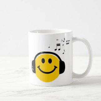 Smiley cariñoso de la música taza de café