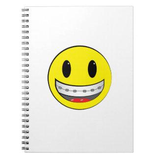 Smiley con los apoyos libretas espirales