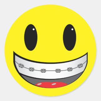 Smiley con los apoyos pegatina redonda