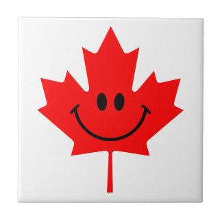 Smiley de Canadá - una cara sonriente en arce rojo Azulejo Cuadrado Pequeño