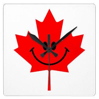 Smiley de Canadá - una cara sonriente en arce rojo Reloj Cuadrado