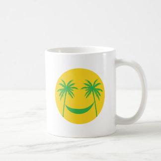 smiley del sol con las palmeras y la hamaca tazas