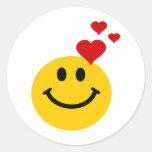 Smiley en amor pegatina redonda