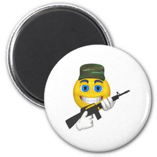 Smiley feliz con una ametralladora que lleva un go imán de nevera