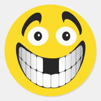 Smiley grande amarillo de la mueca con los dientes pegatina redonda