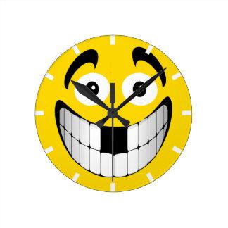 Smiley grande amarillo de la mueca con los dientes reloj de pared