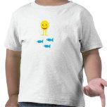 Smiley que camina con los pescados camiseta