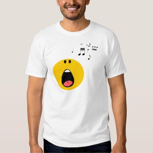 Smiley que canta su poco corazón hacia fuera playeras
