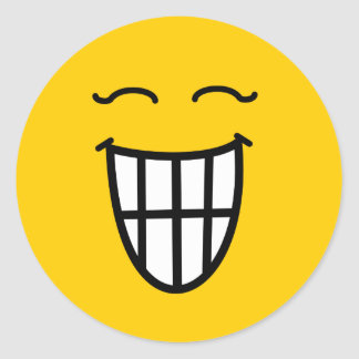 Smiley que ríe con sonrisa dentuda pegatina redonda