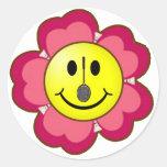 Smiley rojo del bádminton de la flor etiqueta redonda