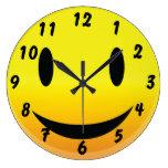 Smilie hace frente a feliz reloj de pared