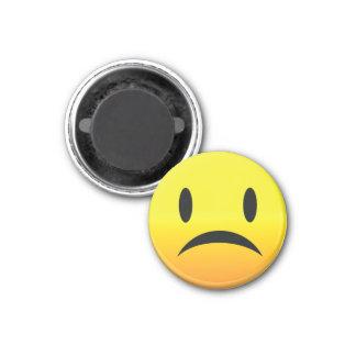 Smilie hace frente a triste iman de frigorífico