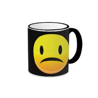 Smilie hace frente a triste taza de café