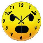 Smilie hace frente asustado relojes