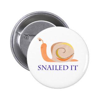 Snailed él pin redondo de 2 pulgadas