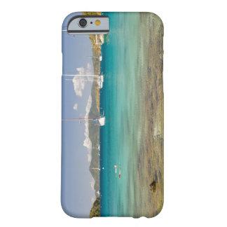 Snorkelers en la ensenada idílica de la ensenada funda de iPhone 6 barely there
