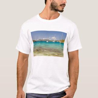 Snorkelers in idyllic Pirates Bight cove, Bight, T-Shirt