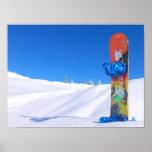 Snowboard en la nieve fresca, cielo azul impresiones
