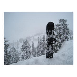 Snowboard en nieve tarjetas postales