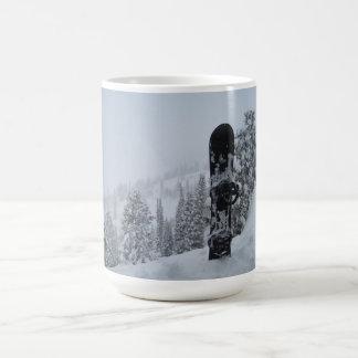 Snowboard en nieve taza