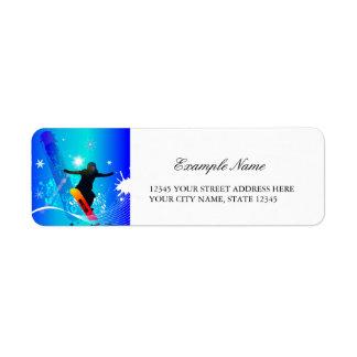 Snowboard, snowboarder con el tablero en backg etiquetas de remite
