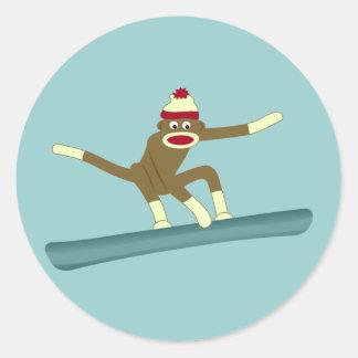 Snowboarder del mono del calcetín pegatina redonda
