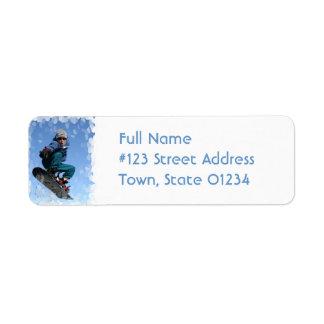 Snowboarder en la etiqueta de correo de la nieve etiquetas de remite