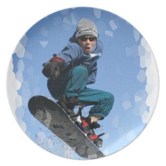 Snowboarder en placa de la nieve platos de comidas