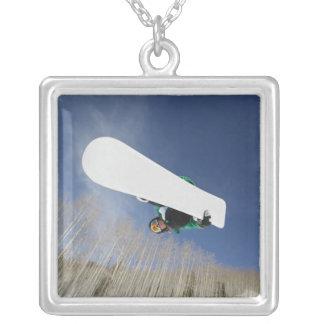 Snowboarder que consigue Vert Collar Plateado