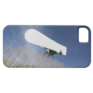 Snowboarder que consigue Vert iPhone 5 Case-Mate Protectores