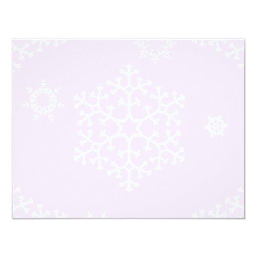 snowflakes_on_light_pink invitación 10,8 x 13,9 cm