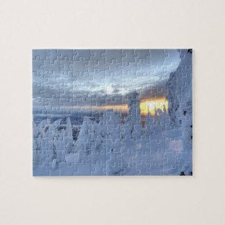 Snowghosts en la puesta del sol en la montaña del  puzzles