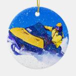 Snowmobile amarillo en ventisca ornamento para reyes magos