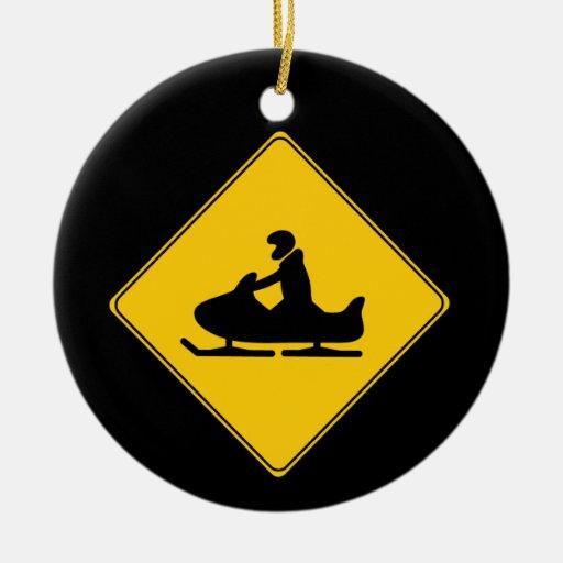 Snowmobile de la muestra de camino adorno navideño redondo de cerámica